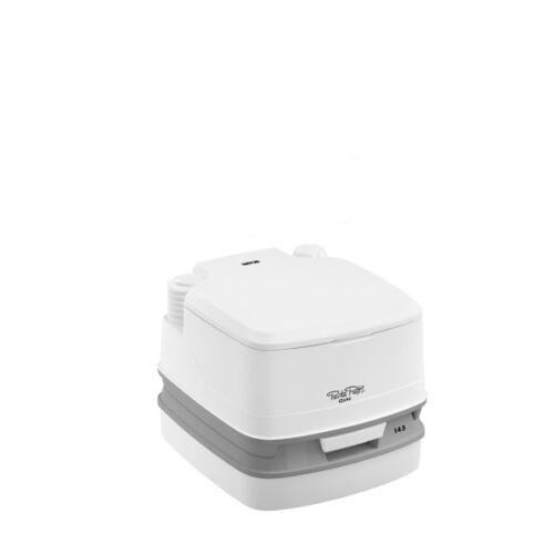 A Porta Potti Qube 145 a szobai WC gyártmányok legegyszerűbb, kompakt kivitele. Alacsony kialakításának köszönhetően rendkívül stabil, és még a szűkebb tárolóhelyeken is elfér.